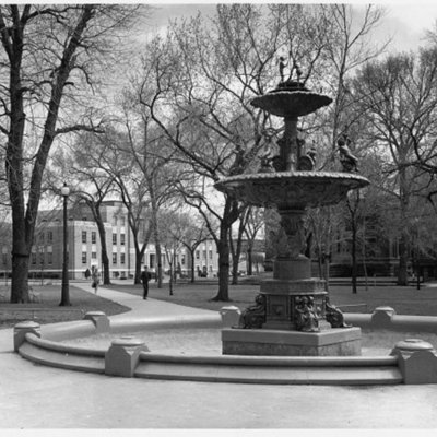 bayliss-park-fountain---council-bluffs-ia_4313408579_o.jpg